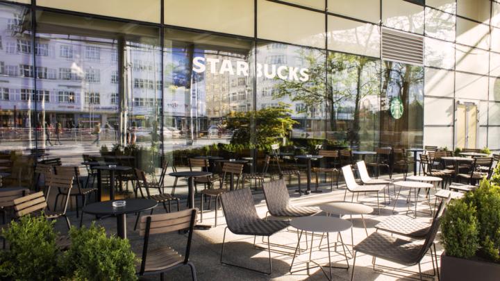 Moderní kavárna Starbucks nově v Atriu Flora