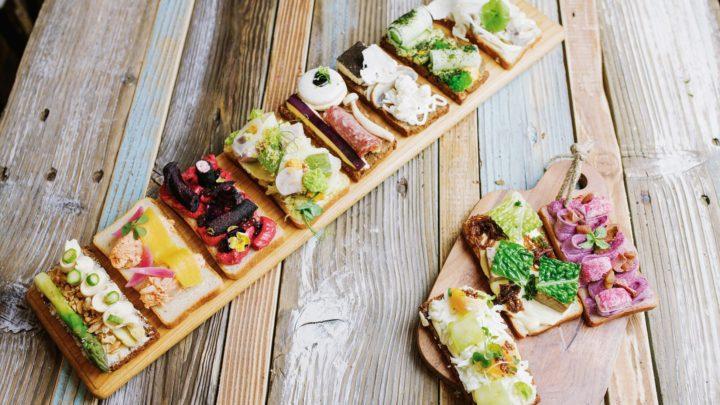 Gastronomická skupina TOGETHER otevírá bistro Sisters vnovém kabátu – nabídne chlebíčky skachnou a zelím nebo Hawaii Poke