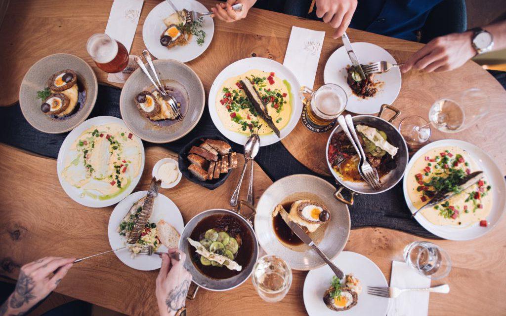 Pozdní snídaně: brunch aneb dobré jídlo, pití a odpočinek