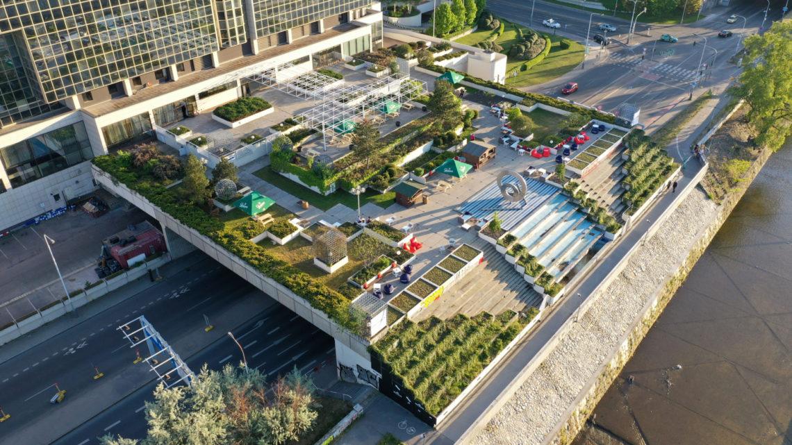 Beer Garden Karlín – slunečné terasy u hotelu Hilton Prague s výhledem na Vltavu